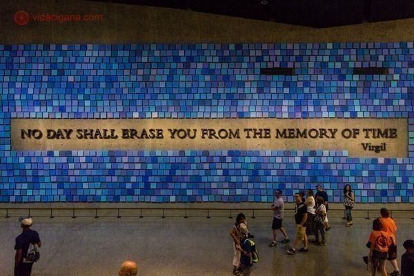 Memorial 11 de setembro, em Nova York: a parede com no day shall erase you from the memory of time