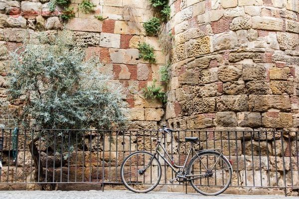 Uma bicicleta parada nas ruas de Barcelona