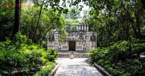 Onde ficar na Cidade do México: uma ruínas asteca no museu de antropologia da Cidade do México, cercada por árvores