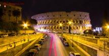 O que fazer em Roma: O Coliseu de noite em uma foto de longa exposição, com carros passando por ele