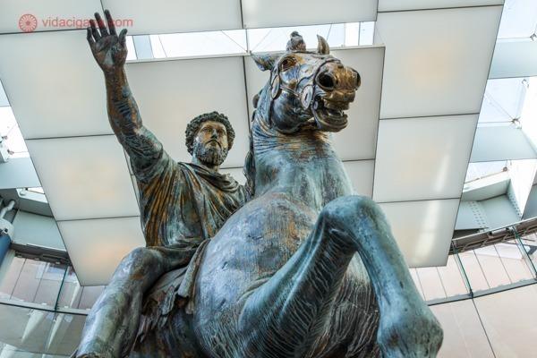 a estátua do imperador Marco Aurélio em cima de seu cavalo, gigantesca