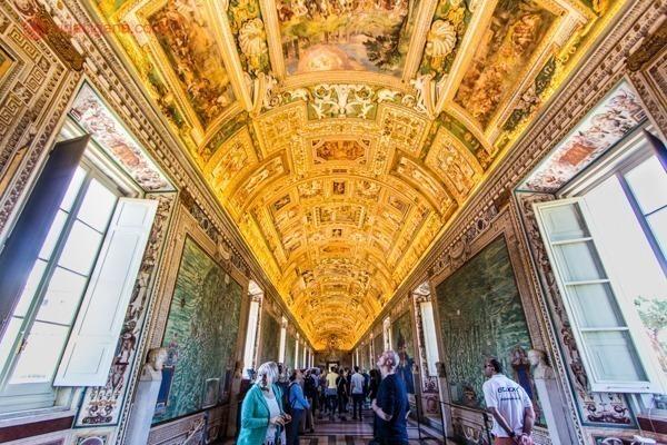 o teto altamente adornado dos Museus Vaticanos