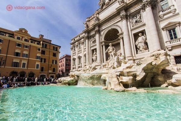 a Fontana di Trevi, com seu espelho d'água repleto de moedas