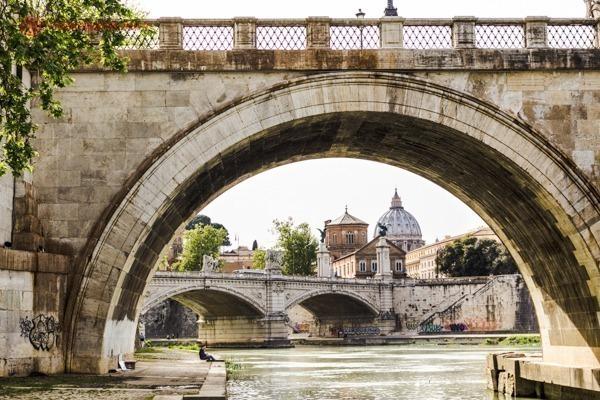 uma ponte no rio Tibre