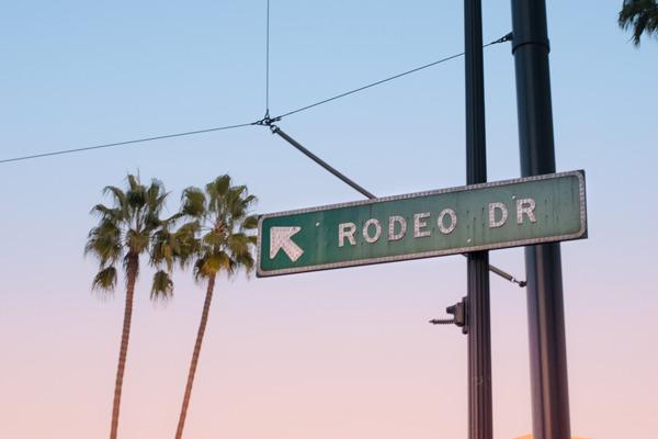 Tudo o que você precisa para saber onde ficar em Los Angeles. Na foto a placa de rua indicando a famosa rua Rodeo Drive, em Beverly Hills