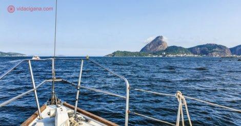 Passeio de barco pelo Rio de Janeiro: a proa de um veleiro com o Pão de Açúcar ao fundo