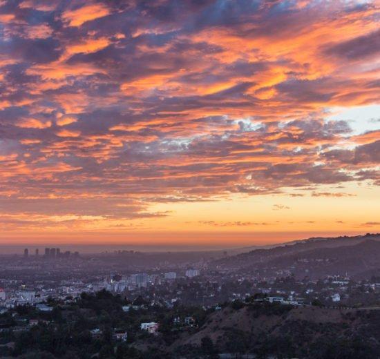 Na hora de saber onde ficar em Los Angeles, é importante ter uma lista de bairros de fácil acesso aos pontos turísticos, como o Griffith Observatory, que tem a vista da foto, com os melhores pores do sol de Los Angeles