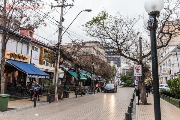 O bairro de Providencia com várias casas transformadas em restaurantes charmosos