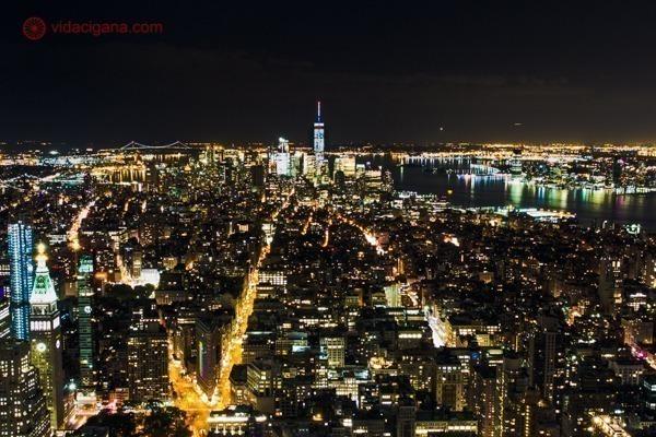 Nova York a noite vista do alto do Empire State Building