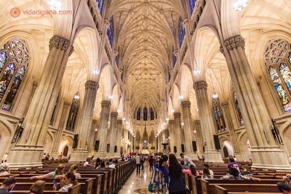 O interior da Saint Patrick Church, na quinta avenida