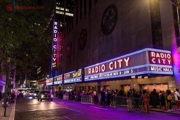 A fachada do Radio City Music Hall, com suas cores neons