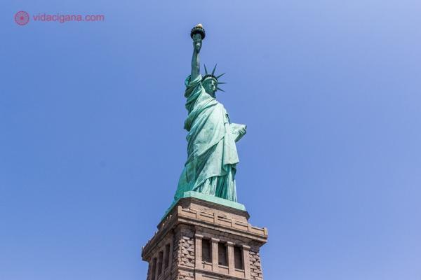 A Estátua da Liberdade vista de baixo para cima