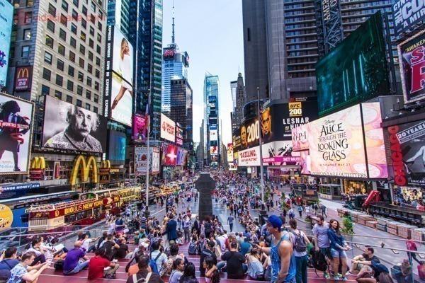 A Times Square vista do alto da escada do TKTS, com muitas pessoas embaixo