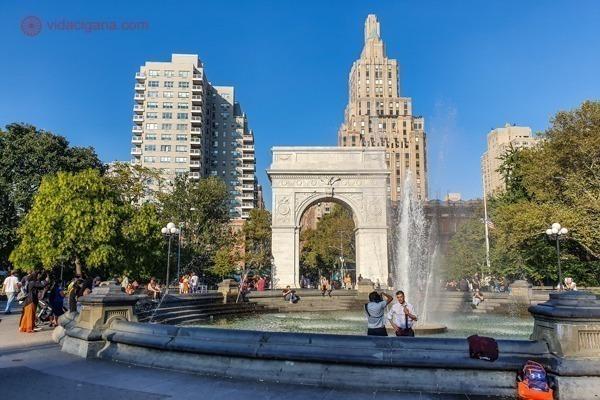 A Washington Square Park com seu chafariz e o Arco do Triunfo atrás