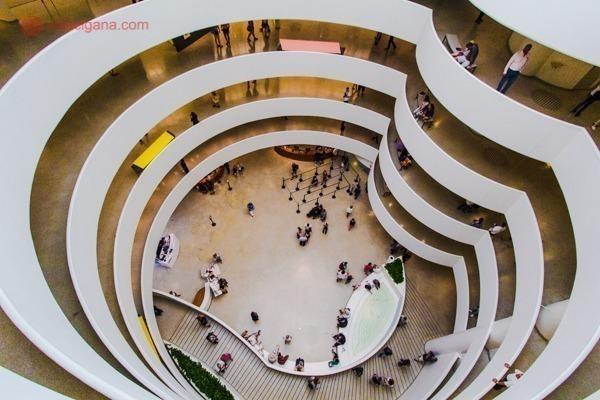 O interior do Guggenheim Museum, com uma arquitetura incrível