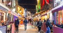 O que fazer em Galway: pessoas andando na quay street, rua mais famosa de galway, cheia de pubs