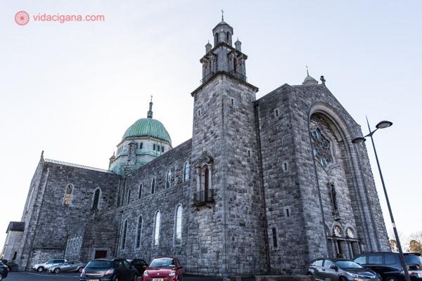 O que fazer em Galway: a catedral de Galway vista de baixo para cima