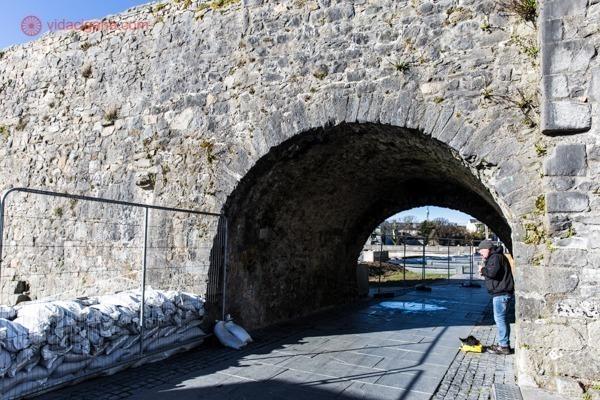O que fazer em Galway: O arco espanhol com um músico