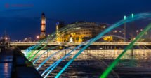 O que fazer em Malmö: o antigo farol da cidade iluminado ao fundo e em primeiro plano cascatas de todas as cores