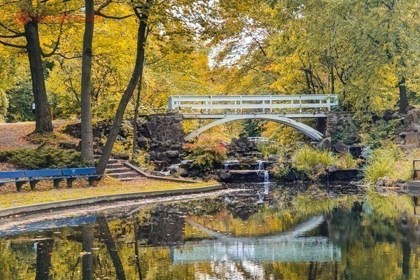 O que fazer em Montreal: Uma ponte em cima de um lago no Parque Jean Drapeau