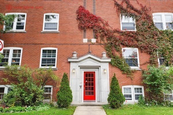 Onde ficar em montreal: um prédio de tijolinhos vermelhos e uma porta vermelha