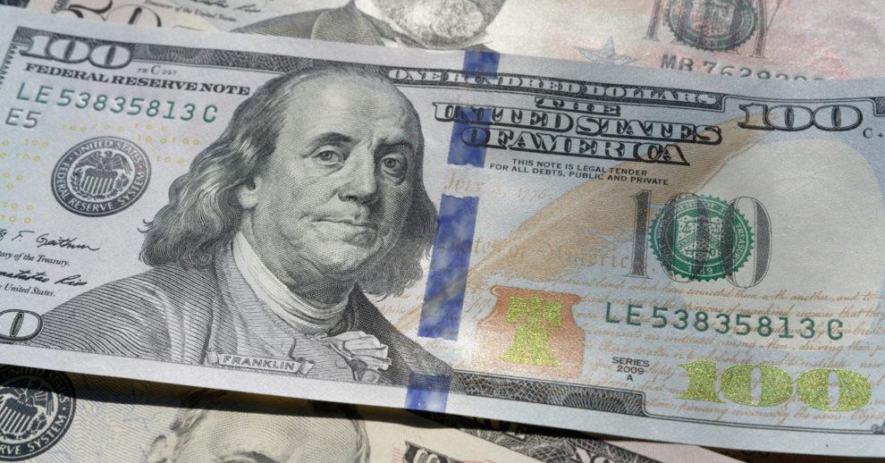 Como abrir uma conta nos EUA: uma nota de 100 dólares