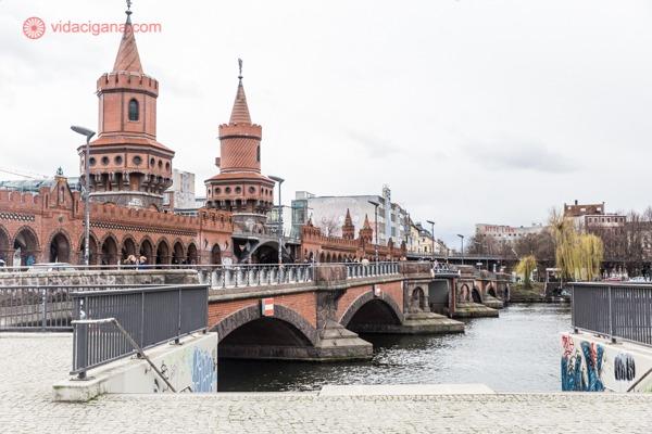A ponte oberbaumbrücke em vermelho do lado esquerdo