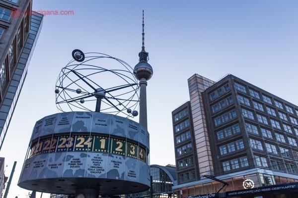 o relógio do mundo na alexanderplatz e ao fundo a torre de tv fernsenturm