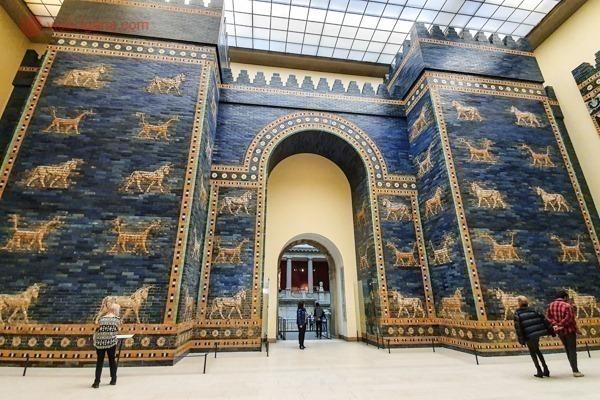A enorme Porta de Ishtar, no Pergamon Museum, toda azul com detalhes amarelos