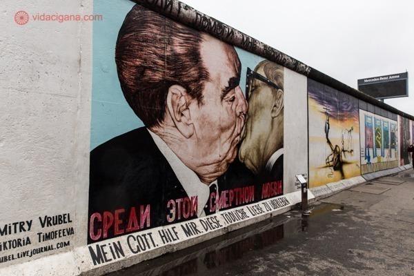 O grafite do Beijo no East Side Gallery, com 2 homens se beijando