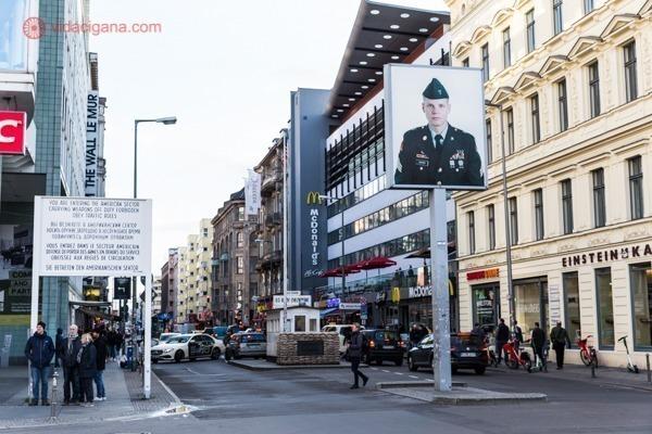 O Checkpoint Charlie em uma das regiões mais movimentadas de Berlim