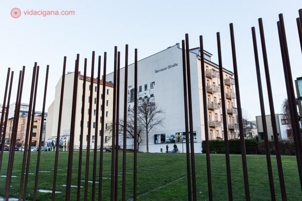 O Mauerpark, com a delimitação do Muro de Berlim