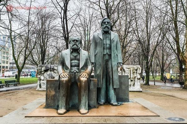as estátuas de Marx e Engels em berlim