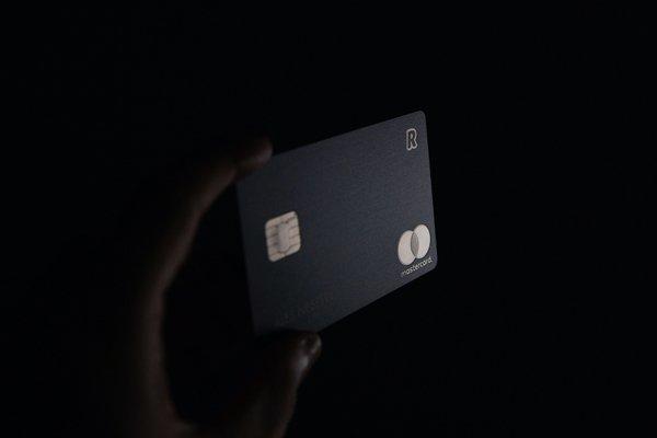 Um cartão do Revolut contra um fundo preto