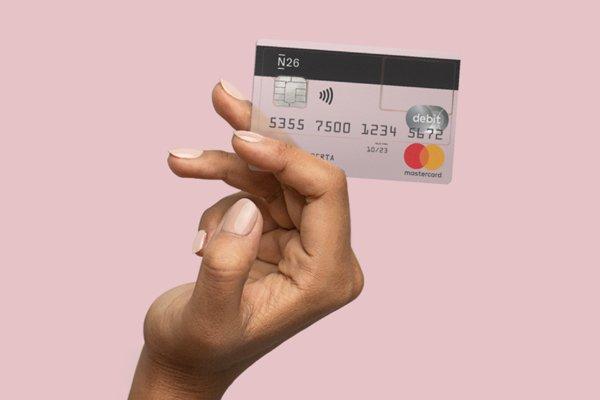 Os 10 melhores bancos online em Portugal: uma mão feminina segurando um cartão transparente do N26