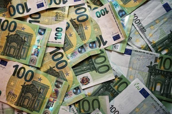 Várias notas de 100 euros