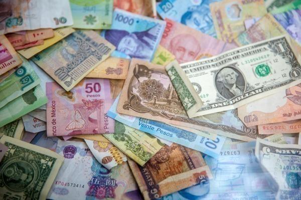 Enviar dinheiro para o exterior: várias notas de várias moedas ao redor do mundo