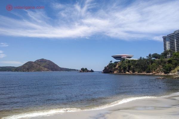 O que fazer em Niterói: O MAC, museu de arte contemporânea, visto da Praia de Icaraí