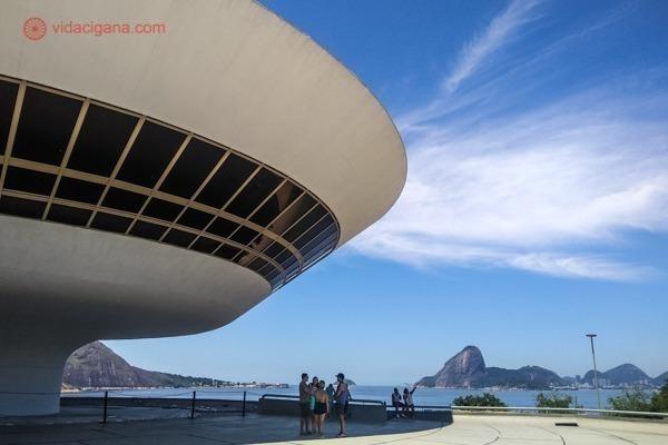 O MAC de Niterói é o cartão postal de Niterói e um marco na história da arquitetura. Um dos melhores museus no Rio de Janeiro, com vistas lindas também.