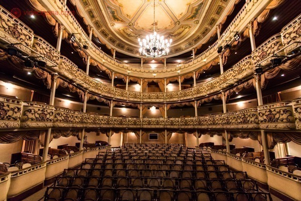 O interior do Teatro Municipal de Niterói, todo dourado