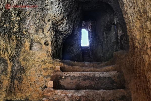 O caminho para chegar a Praia do Carvalho, uma caverna