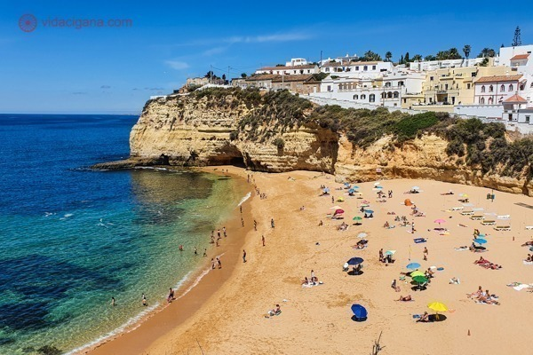 O que fazer no Algarve: a linda e pequena praia do carvoeiro, encantadora