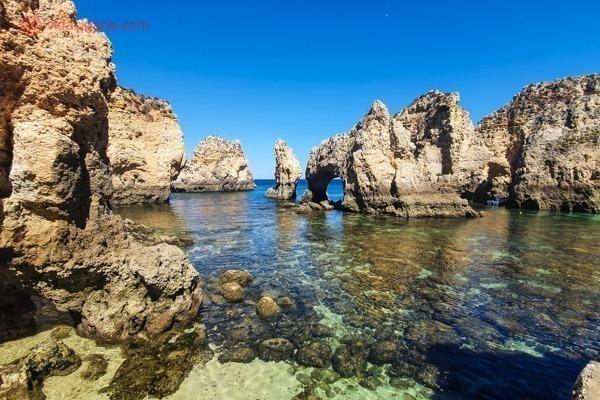 A Ponta da Piedade vista da altura da água, com águas claríssimas