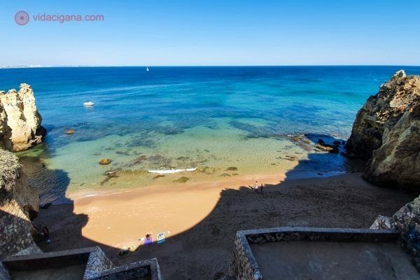A Praia do Pinhão vista do alto de suas escadas, com mar claríssimo