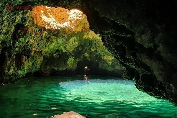 Uma das várias cavernas que entramos, com água profundamente verde