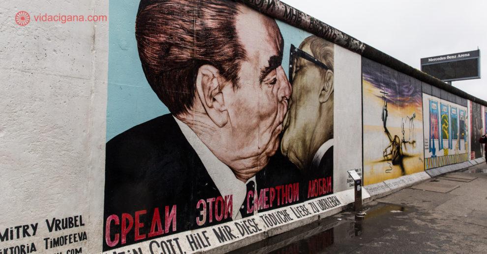 Onde ficar em Berlim: o famoso painel do beijo no Muro de Berlim