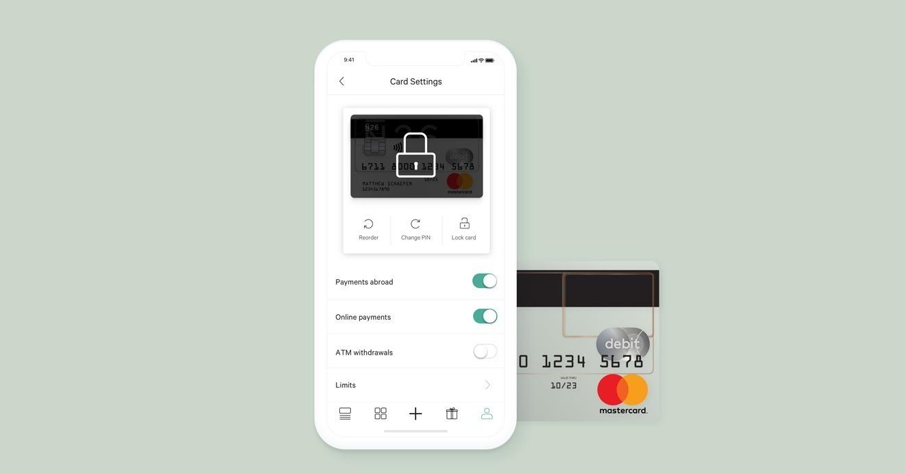 Celular apoiado sobre cartão N26 aberto com tela de controle de configurações