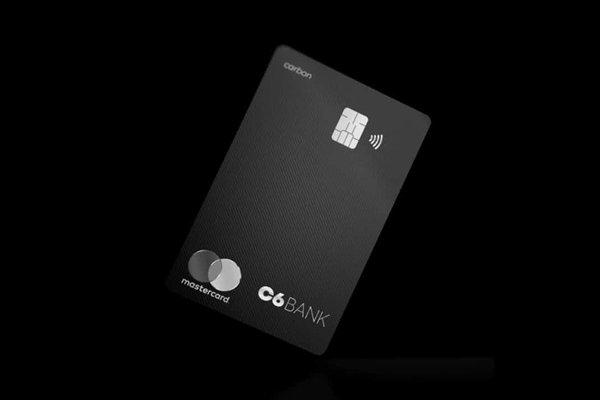 O cartão preto do C6 bank no fundo preto