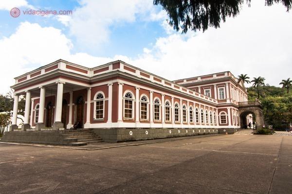 O Museu Imperial visto na diagonal com suas paredes externas ocre e colunas brancas
