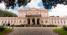 O que fazer em Petrópolis: o Museu Imperial visto de frente, em meio a árvores